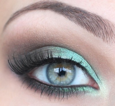 The green smoky eye is the new makeup trend.