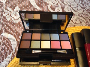 22-piece mini to-go palette top section -- eye shadow